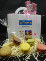 6 Bunte Macarons + Geschenkbox mit Schleife + 2 Glückskekse