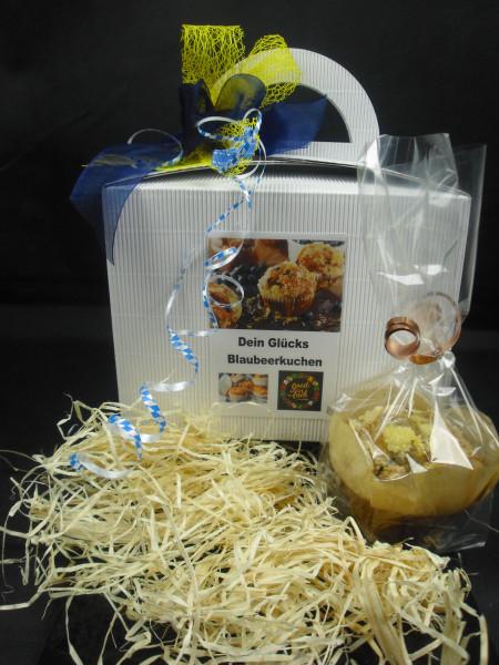 Dein Glücks Blaubeerkuchen + Geschenkbox mit Schleife + 1 Glückskeks